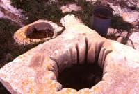 Iblei, vera da pozzo usurata dalle corde   - Ragusa (2326 clic)