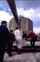 Giovedi Santo Pasqua devoto con croce   - Licodia eubea (5150 clic)