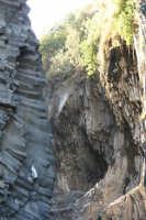 Il fiume Alcantara scorre tra pietra lavica che forma il suo alveo caratteristico. Vicino a Francavilla di Sicilia sul territorio di Motta Camastra in localitý Fondaco Motta si trova la gola piý imponente e famosa dell'Alcantara, lunga per piý di 6 km ma percorribile in modo agevole per i primi 3.    - Motta camastra (2437 clic)