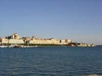 panorama che comprende parte del porto e del foro Italico dietro il quale si intravede la Cattedrale e la più alta chiesa del Colleggio dei Gesuiti.  - Siracusa (4037 clic)