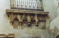 Balcone medievale presente in uno dei ronchi che si trovano in Ortigia alla fine di via Roma nella contrada della Turba  - Siracusa (2620 clic)