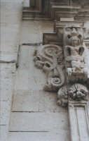Particolare della decorazione del portale della chiesa di San Filippo Neri, in Ortigia, lungomare di levante. Si nota in rilievo bassissimo una lucertola nascosta nella muratura dall'architetto Giovanni Vermexio, autore del palazzo del Senato della stessa città  - Siracusa (2875 clic)