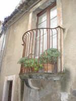 balconcino seicentesco tra i vicoli  - Motta camastra (4898 clic)