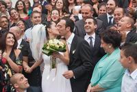 foto di gruppo 9-9 -2009il bacio dopo la cerimonia in chiesa  - Mazzarino (981 clic)