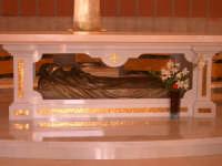 Chiesa del Monastero delle Carmelitane: altare con l'urna in bronzo contenente il corpo della Beata Maria Candida dell'Eucaristia, opera di Giovanni Di Natale  - Ragusa (5293 clic)