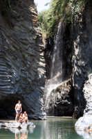Gole dell'alcantara, meta di innumerevoli turisti. Escursione addentro le gole immergendosi nelle fresche acque dell'Alcantara che sono di sollievo specialmente nei mesi piu' caldi dell'estate.  - Motta camastra (3485 clic)