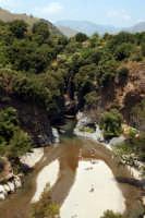 Gole dell'alcantara, meta di innumerevoli turisti. Escursione addentro le gole immergendosi nelle fresche acque dell'Alcantara che sono di sollievo specialmente nei mesi piu' caldi dell'estate.  - Motta camastra (3007 clic)