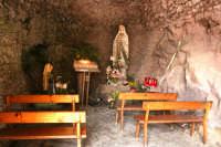 Convento dei Cappuccini, all'esterno si trova questa grotta scavata nella roccia ove è stata riposta una statua della Madonna.  - Francavilla di sicilia (4377 clic)