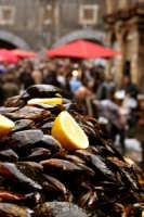 Scorcio della pescheria con cozze in primo piano..  - Catania (3661 clic)