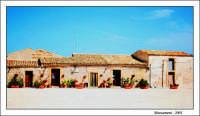 Case nella piazza centrale nella zona antica del paese.  - Marzamemi (7012 clic)