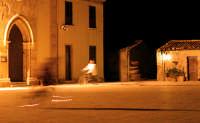 Bambini che giocano nella piazza centrale nella zona antica del paese.  - Marzamemi (2670 clic)