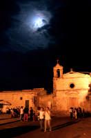 Movida nella piazza centrale nella zona antica del paese.  - Marzamemi (3701 clic)