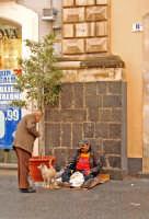 Natale a Catania, mendicante in via Etnea.  - Catania (2810 clic)