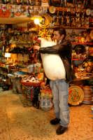 Natale a Catania, Zampognaro all'interno di un negozio di souvenir del centro.  - Catania (3434 clic)