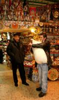 Natale a Catania, Zampognaro all'interno di un negozio di souvenir del centro.  - Catania (2824 clic)