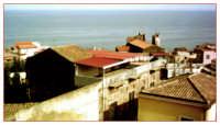 Il mare visto dai tetti, Acireale maggio 2005.  - Acireale (2314 clic)