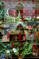 Sagra del pistacchio a Bronte, vetrina con scarpe rivestite di pistacchio create dalla Sig. Caserta proprietaria dell'omonimo negozio.  - Bronte (2598 clic)