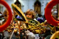 Sagra del pistacchio a Bronte, vetrina con scarpe rivestite di pistacchio create dalla Sig. Caserta proprietaria dell'omonimo negozio.  - Bronte (2703 clic)