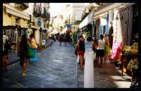 Strada del centro, si notano i negozi di souvenir.  - Lipari (6297 clic)
