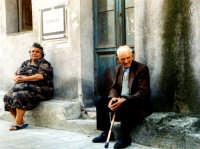 Abitanti che si godono le ore pomeridiane seduti davanti la porta di casa.  - Mongiuffi melia (8816 clic)