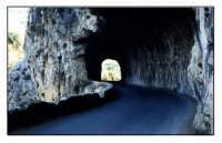 Ponte naturale per la strada di Mongiuffi Melia.  - Mongiuffi melia (7449 clic)