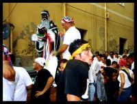 Festa di San Calogero. Fedeli in processione dietro alla statua del santo.  - Porto empedocle (10860 clic)