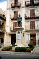 Statua dedicata a Luigi Pirandello nativo del paese.  - Porto empedocle (6689 clic)