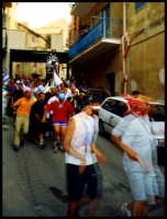 Festa di san Calogero.I fedeli portano di corsa in giro per il paese la statua del Santo.  - Porto empedocle (10215 clic)