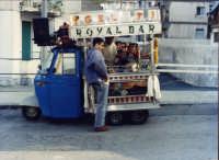 Una figura molto familiare appena si avvicina l'estate: Il gelataio con la motoape.  - Catania (7670 clic)