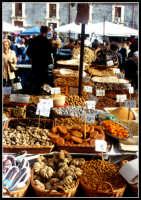 Bancarella vendita di frutta secca al mercato di Catania.   - Catania (3544 clic)