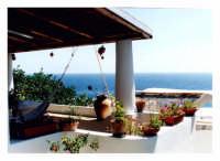 Caratteristica terrazza sporgente sul mare a Panarea (Isole eolie)  - Panarea (7637 clic)