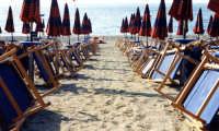 Sedie, ombrelloni, mare e sabbia ... tutto pronto per una bellissima giornata di mare.  - Letoianni (9546 clic)