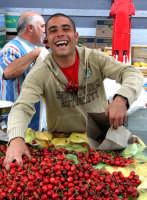 L'uomo delle ciliege. Mercatino del sabato a S.Agata Li Battiati, simpatico fruttivendolo.  - Sant'agata li battiati (9498 clic)