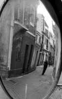 Una stradina del centro vista dallo specchio convesso.  - Mongiuffi melia (4742 clic)