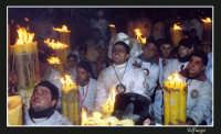 Devoti di S.Agata dinnanzi al suo ritratto, pregano e rievocano i miracoli ricevuti.   - Catania (2357 clic)