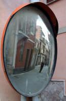 Via cittadina del paese vista nel riflesso di uno specchio convesso.  - Mongiuffi melia (6181 clic)