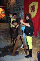 Feste medievali 2005 - gioco medievale con punizione.  - Motta sant'anastasia (6720 clic)
