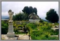 Castello Normanno, all'interno di quello che fù un castello si trovano numerosissime tombe. Testimonianza che nel passato è stato usato come cimitero della cittadina messinese.  - Forza d'agrò (10789 clic)