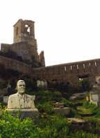 Castello Normanno, all'interno di quello che fu un castello si trovano numerosissime tombe. Testimonianza che nel passato è stato usato come cimitero della cittadina messinese.  - Forza d'agrò (6632 clic)