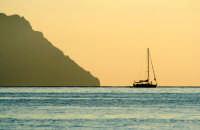 L'isola di Alicudi vista dalla spiaggia di le Punte a Filicudi.  - Alicudi (5405 clic)