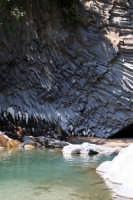 Gole dell'alcantara, meta di innumerevoli turisti. Escursione addentro le gole immergendosi nelle fresche acque dell'Alcantara che sono di sollievo specialmente nei mesi più caldi dell'estate.  - Motta camastra (3923 clic)