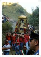 Calatabiano (CT) maggio 2005, festa di san Filippo, il santo viene portato dal castello scendendo da un dirupio alla chiesa in paese.  - Calatabiano (6254 clic)