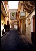 Strada imbandierata per le feste Medievali che si tengono ogni anno nella prima metà del mese di agosto.  - Motta sant'anastasia (5604 clic)