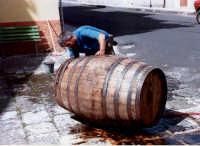 Pulitura della botte del vino.  - Buccheri (5117 clic)