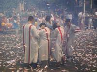Festa della Madonna della Provvidenza, prima domenica di Luglio d'ogni anno. Chierichetti durante i fuochi d'artificio in piazza.  - Buccheri (2358 clic)