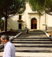 Buccheri. Sagrato del santuario della Madonna delle Grazie, recentemente restautato.  - Buccheri (1998 clic)