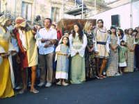 Buccheri, Medfest 2006. Corteo. Il principe Vincenzo mischiato tra la folla.  - Buccheri (2811 clic)