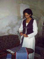 Buccheri, Medfest 2006. La madre ha ricamato la stoffa p'o 'nfasciateddu.  - Buccheri (2638 clic)