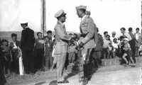 Il princ.Umberto di Savoia stringe la mano al sottotenente dell'aviazione G.Calafato.  - Buccheri (7565 clic)