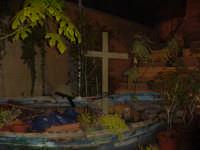 strana presenza di una barca davanti ad una chiesa  - Catania (2643 clic)